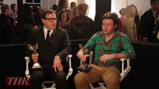 David O. Russell y su hijo Matthew en una entrevista para Hollywood Reporter mientras sostienen las estatuillas de los Independent Spirit Awards.